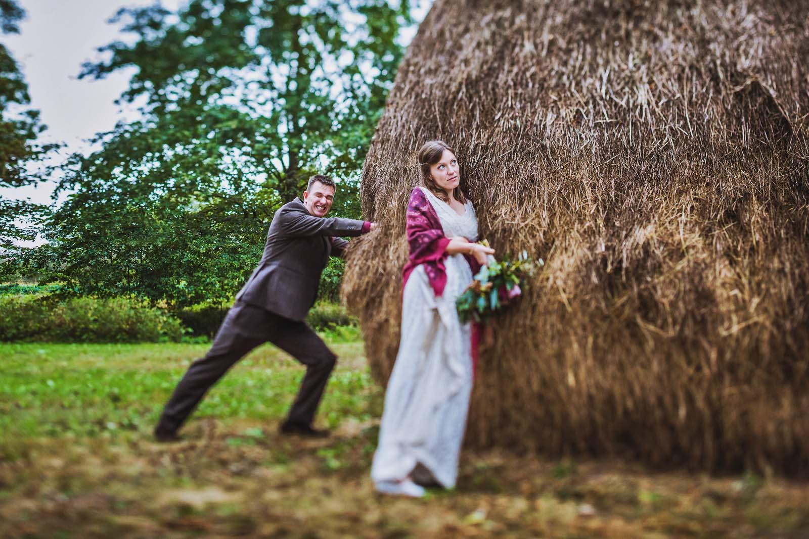 08-Brautpaar-mit-Heuhaufen-fotografiert-vom-Hochzeitsfotograf-Spreewald Hochzeitsfotograf © www.hochzeitsfotograf-berlin.net