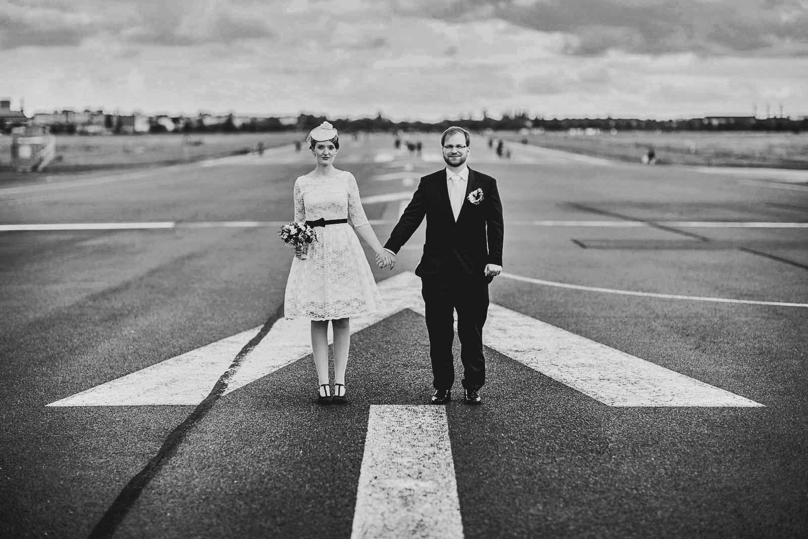 10-Fotoshooting-mit-Brautpaar-zur-Hochzeit-auf-dem-Tempelhofer-Feld-in-Berlin Hochzeitsfotograf © www.hochzeitsfotograf-berlin.net