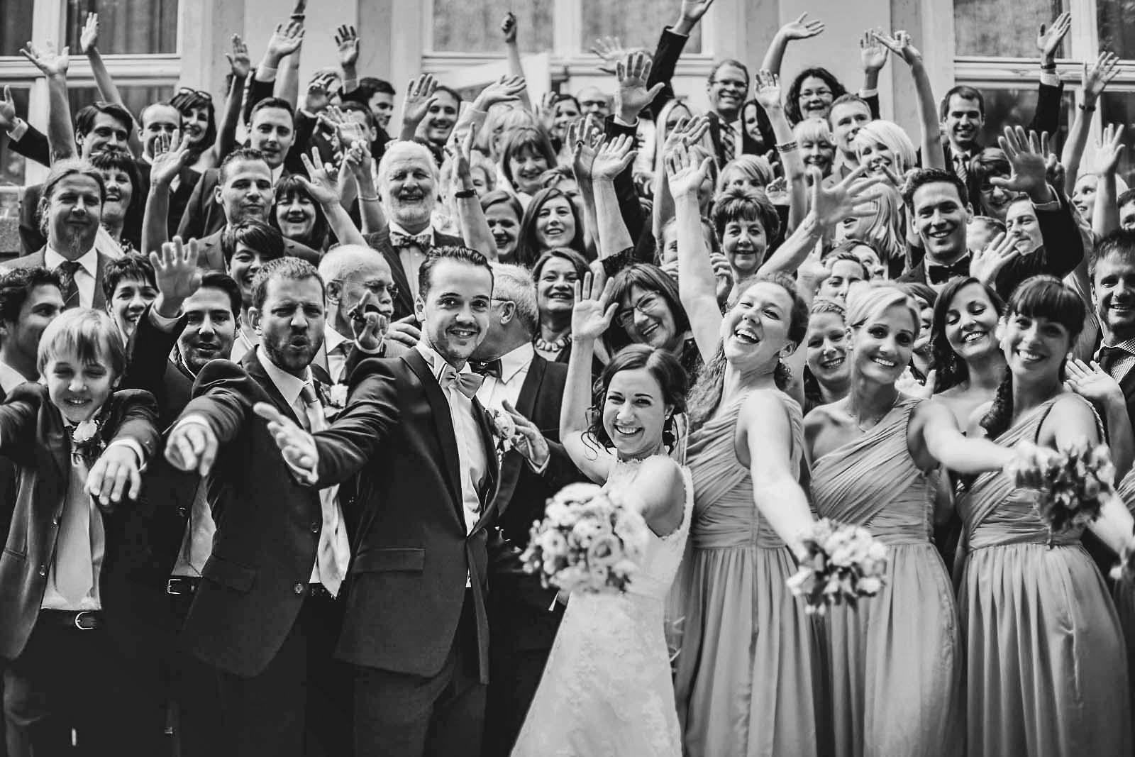 15-Gruppenfoto-vom-Hochzeitsfotograf-Berlin-zeigt-jubelndes-Brautpaar Hochzeitsfotograf © www.hochzeitsfotograf-berlin.net