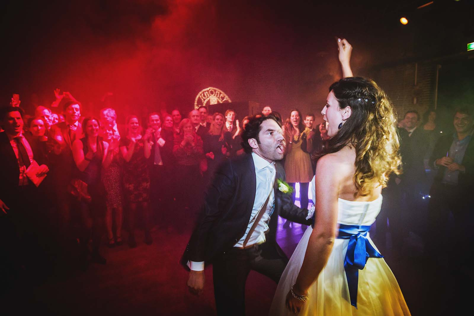 33-Brautpaar-jubelt-beim-Tanz-Hochzeitsfotograf-Berlin Hochzeitsfotograf © www.hochzeitsfotograf-berlin.net