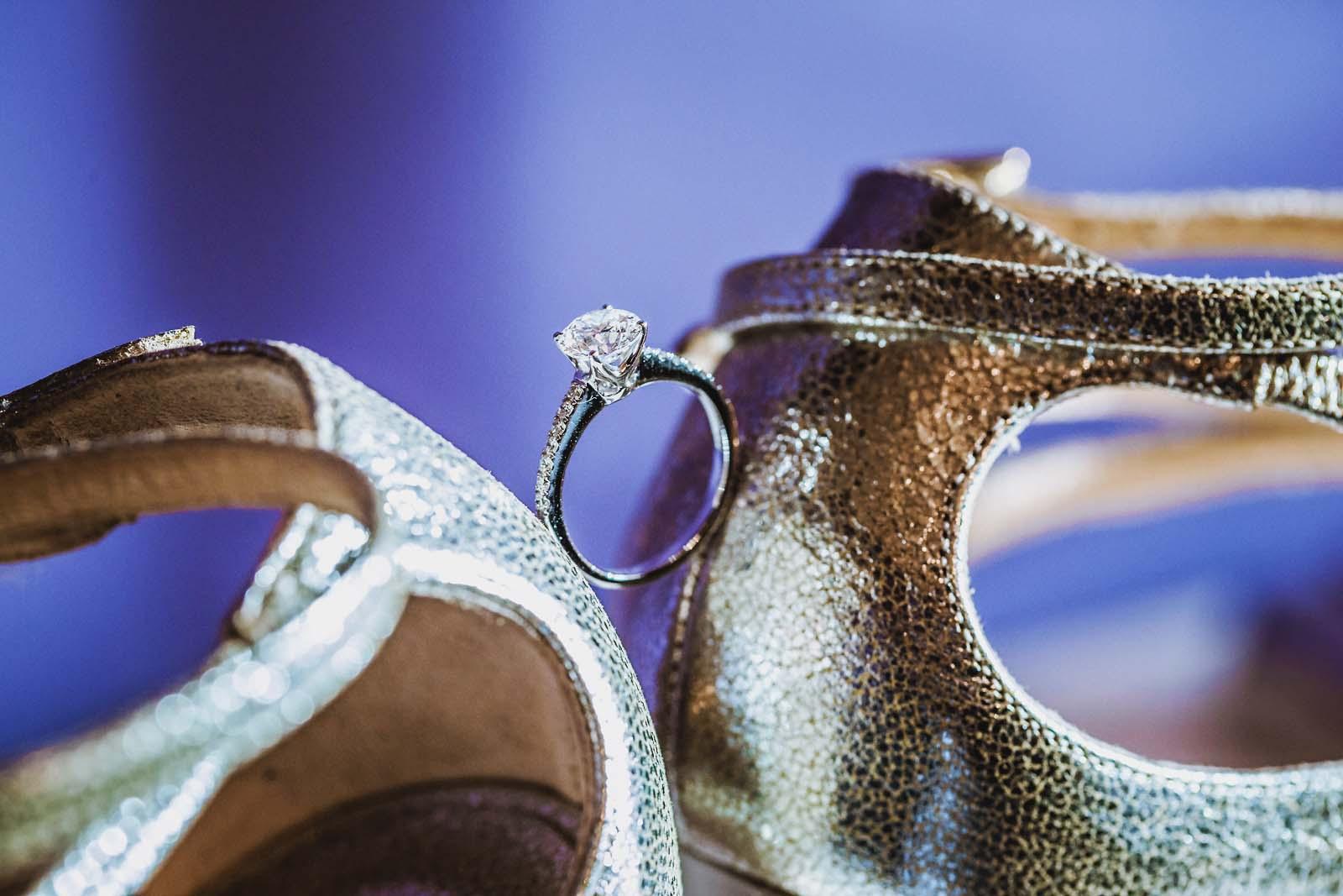 Verlobungsring zwischen Brautschuhen auf einem Detailfoto einer Hochzeit Copyright by Hochzeitsfotograf www.berliner-hochzeitsfotografie.de
