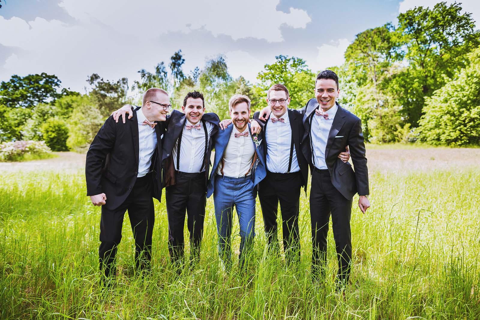 Braeutigam mit Best Men beim Gruppenfoto waehrend einer Hochzeit Copyright by Hochzeitsfotograf www.berliner-hochzeitsfotografie.de