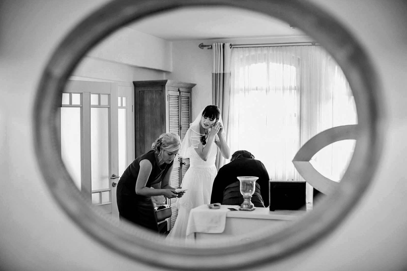 Foto vom Hochzeitsfotograf Berlin zeigt Braut bei den Vorbereitungen Copyright by Hochzeitsfotograf www.berliner-hochzeitsfotografie.de