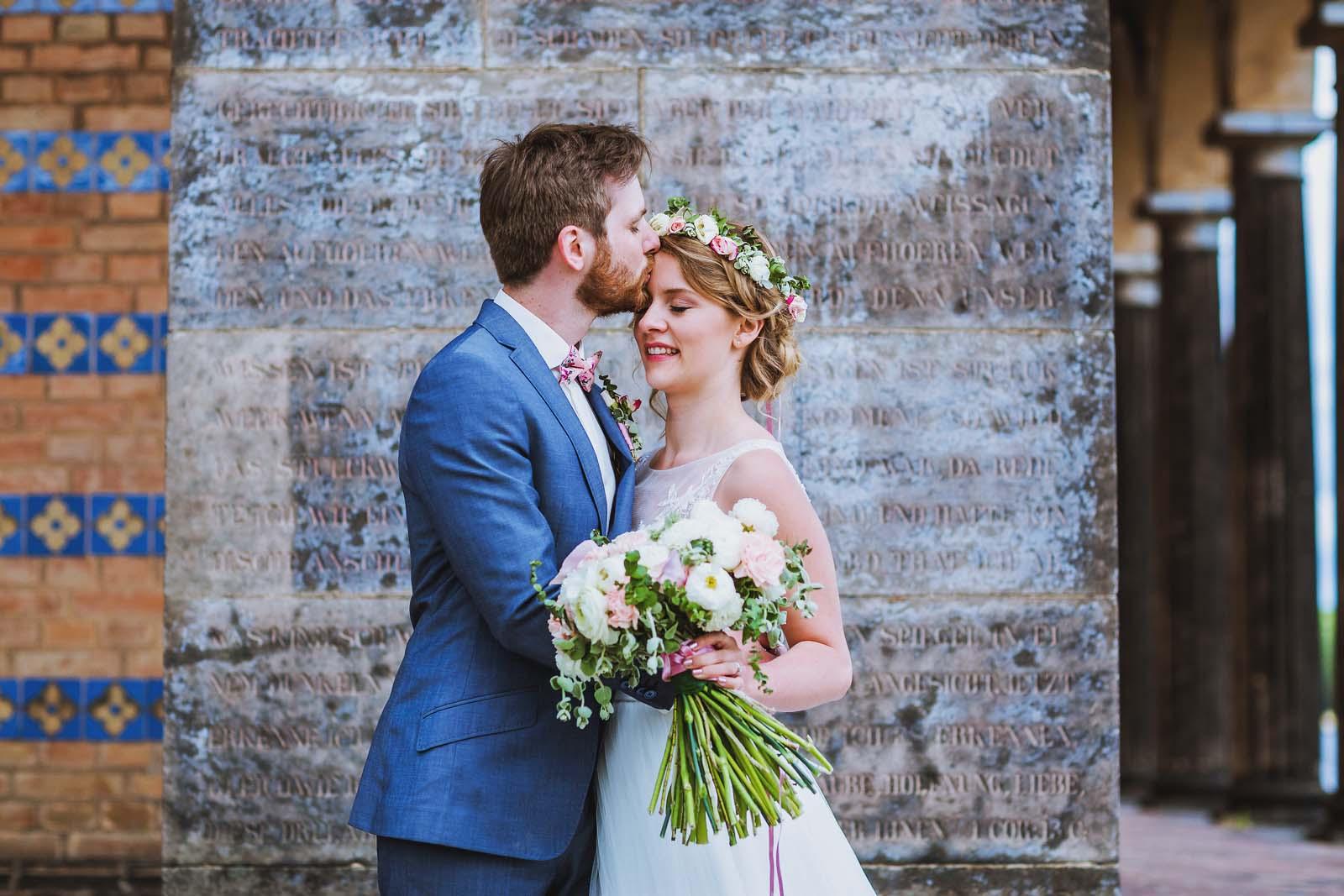Hochzeitsfotograf Potsdam mit Brautpaar an der Heilandskirche Sacrow Copyright by Hochzeitsfotograf www.berliner-hochzeitsfotografie.de