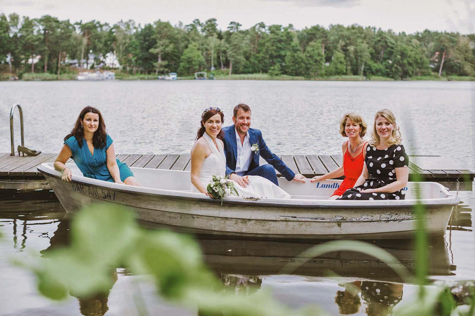 Gruppenfoto mit Brautpaar auf einem Boot im See Copyright by Hochzeitsfotograf www.berliner-hochzeitsfotografie.de
