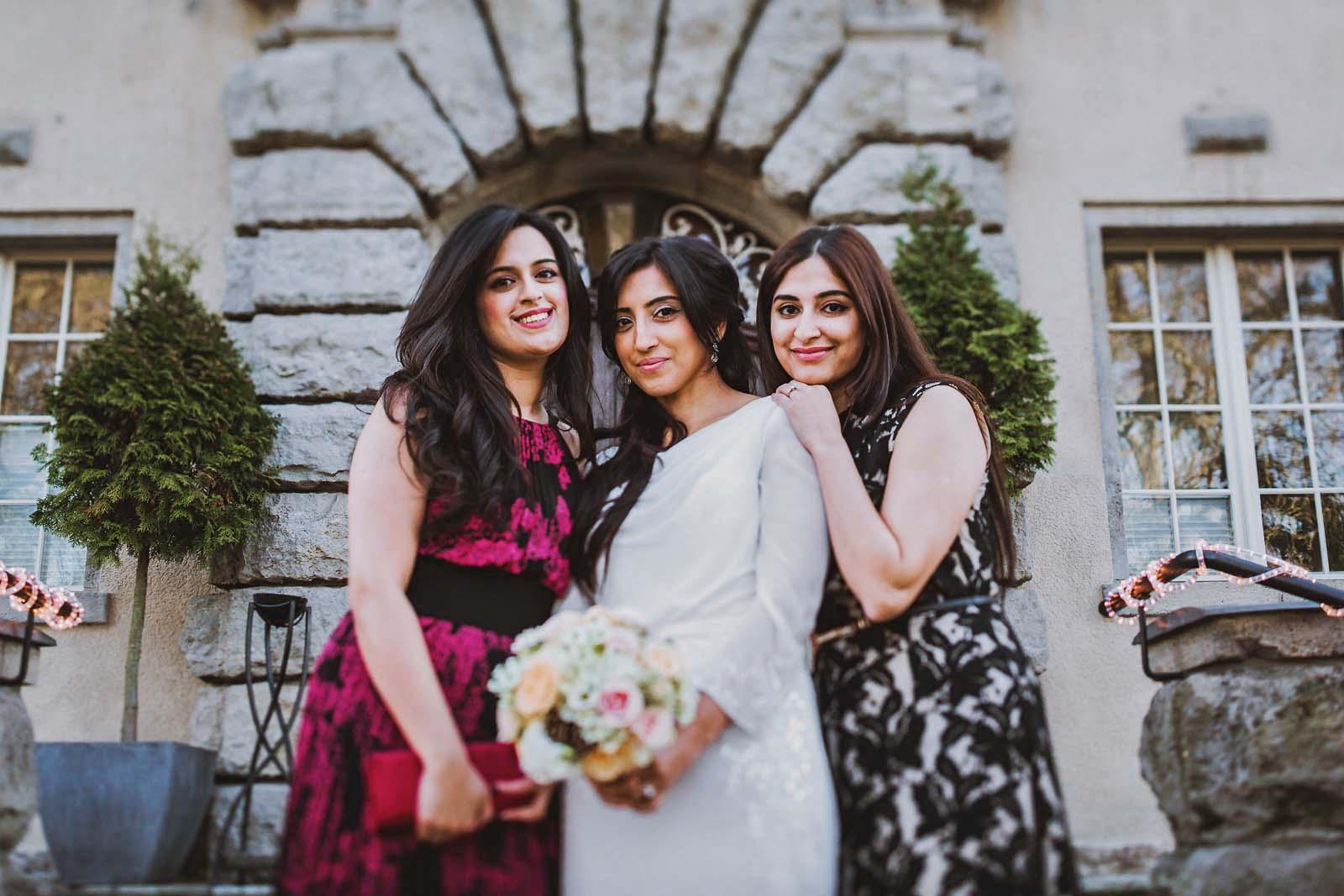 Braut auf Gruppenfoto Hochzeit im Schloss Kartzow Copyright by Hochzeitsfotograf www.berliner-hochzeitsfotografie.de