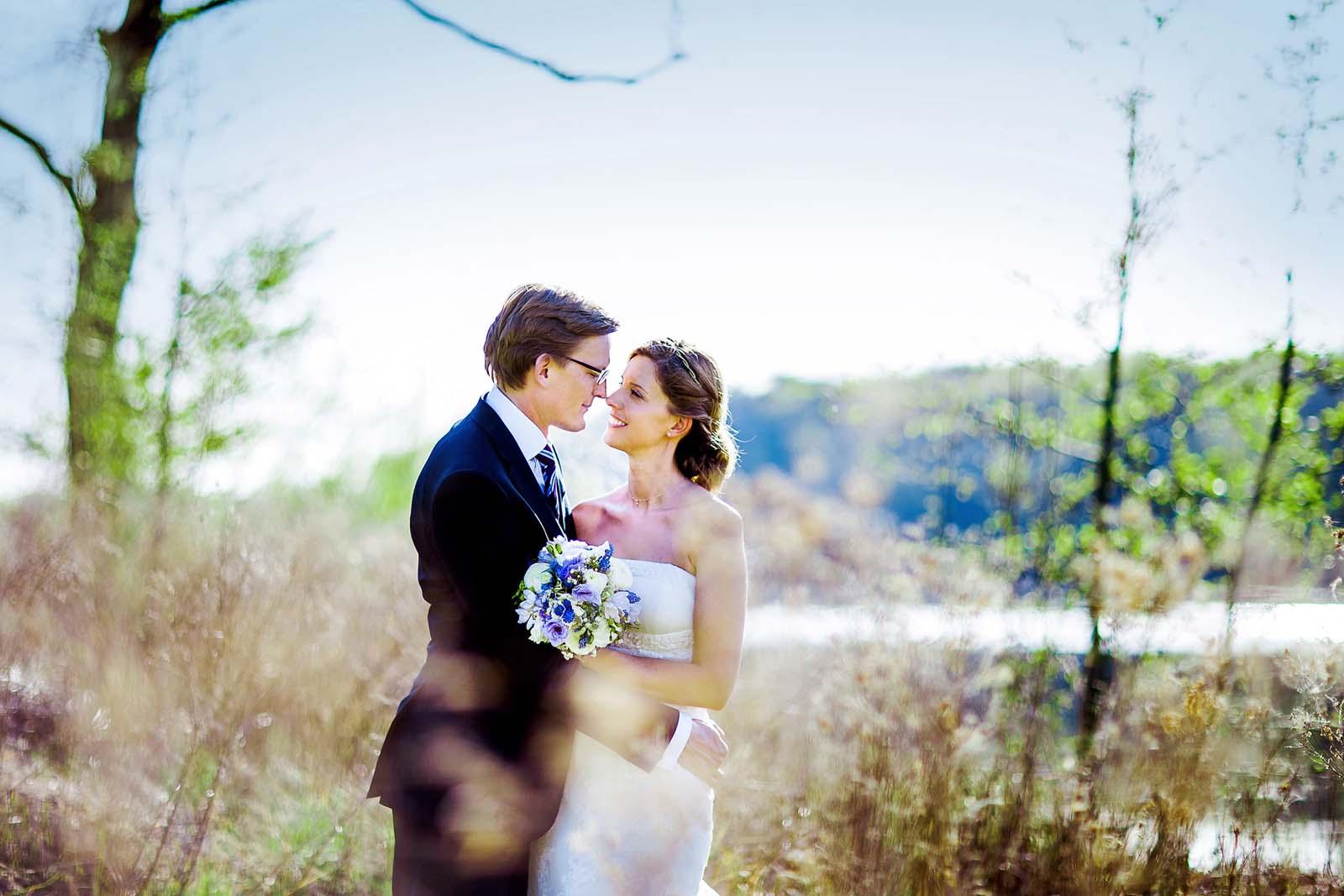 Hochzeitsfotograf mit Brautpaar beim Fotoshooting im Landgut Stober Copyright by Hochzeitsfotograf www.berliner-hochzeitsfotografie.de