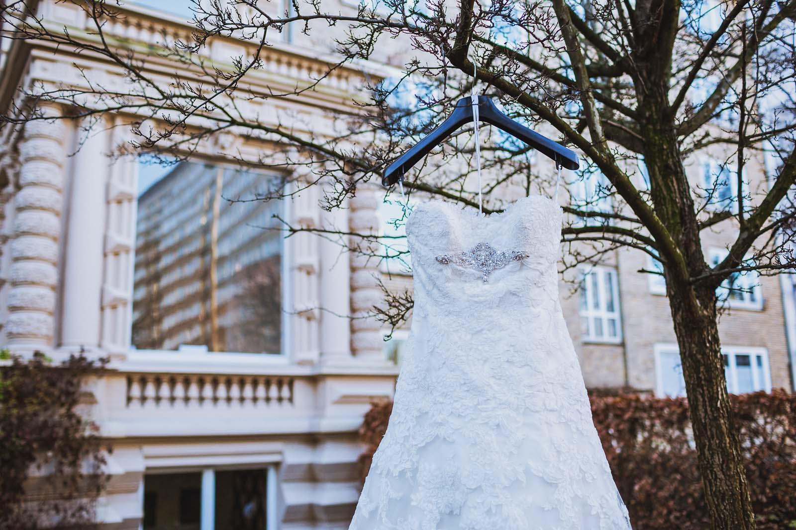 Brautkleid auf einem Detailfoto vom Hochzeitsfotograf Copyright by Hochzeitsfotograf www.berliner-hochzeitsfotografie.de