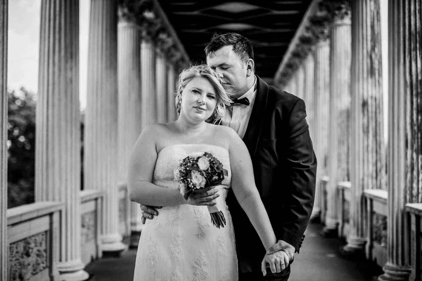 Brautpaar beim Fotoshooting auf dem Belvedere Hochzeitsfotograf Potsdam Copyright by Hochzeitsfotograf www.berliner-hochzeitsfotografie.de