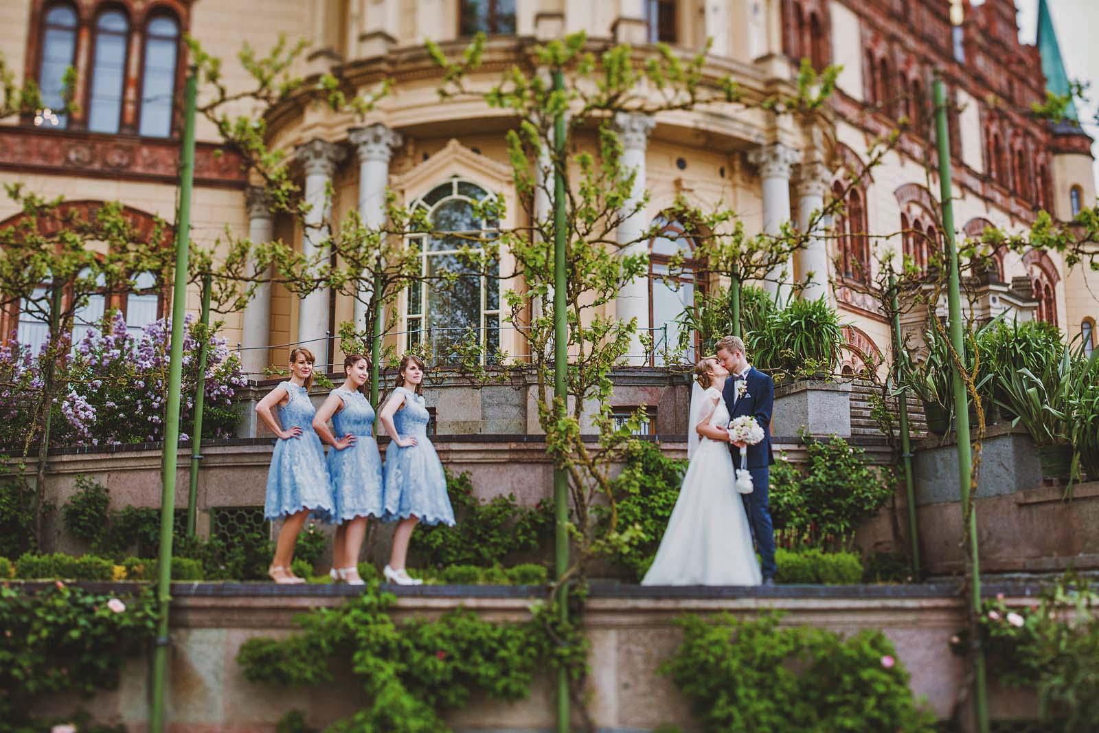 Hochzeitsfotograf Schwerin macht Gruppenfoto am Schloss Copyright by Hochzeitsfotograf www.berliner-hochzeitsfotografie.de