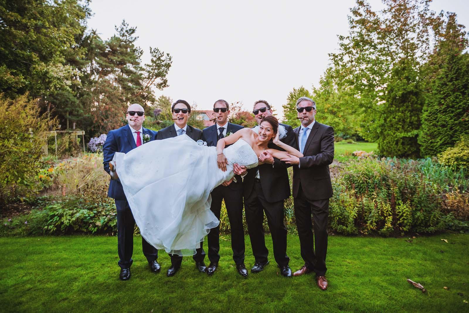 Braut wird auf Haenden getragen auf Gruppenfoto waehrend Hochzeit Copyright by Hochzeitsfotograf www.berliner-hochzeitsfotografie.de