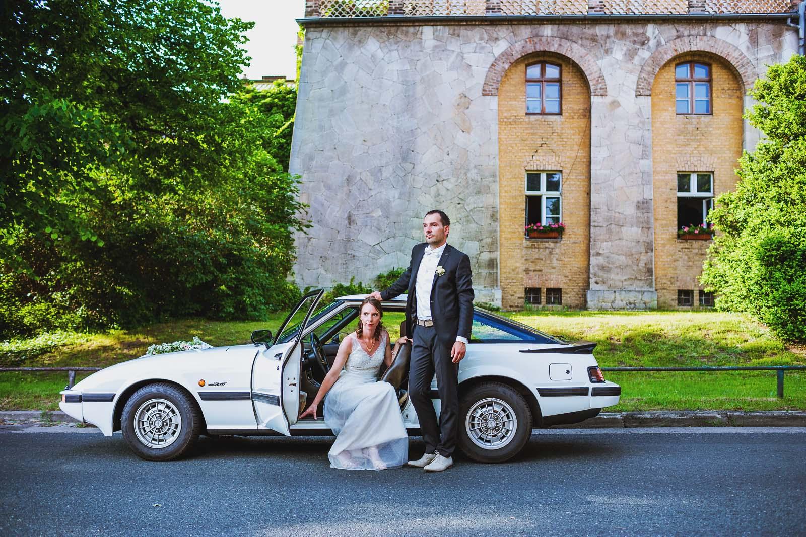 Hochzeitsfotograf Potsdam Hochzeitsportrait mit Mazda RX im Schlosspark Sanssouci Copyright by Hochzeitsfotograf www.berliner-hochzeitsfotografie.de