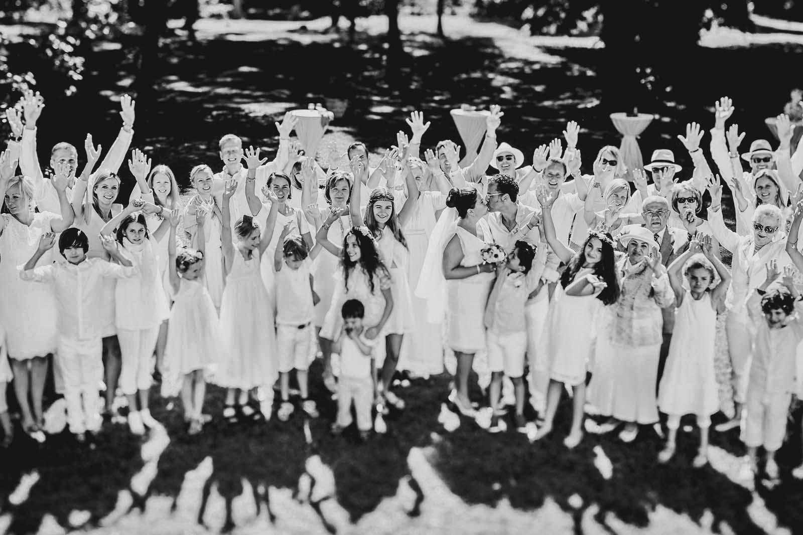 Dressed in White Gruppenfoto auf einer Hochzeit vom professionellem Fotograf Copyright by Hochzeitsfotograf www.berliner-hochzeitsfotografie.de