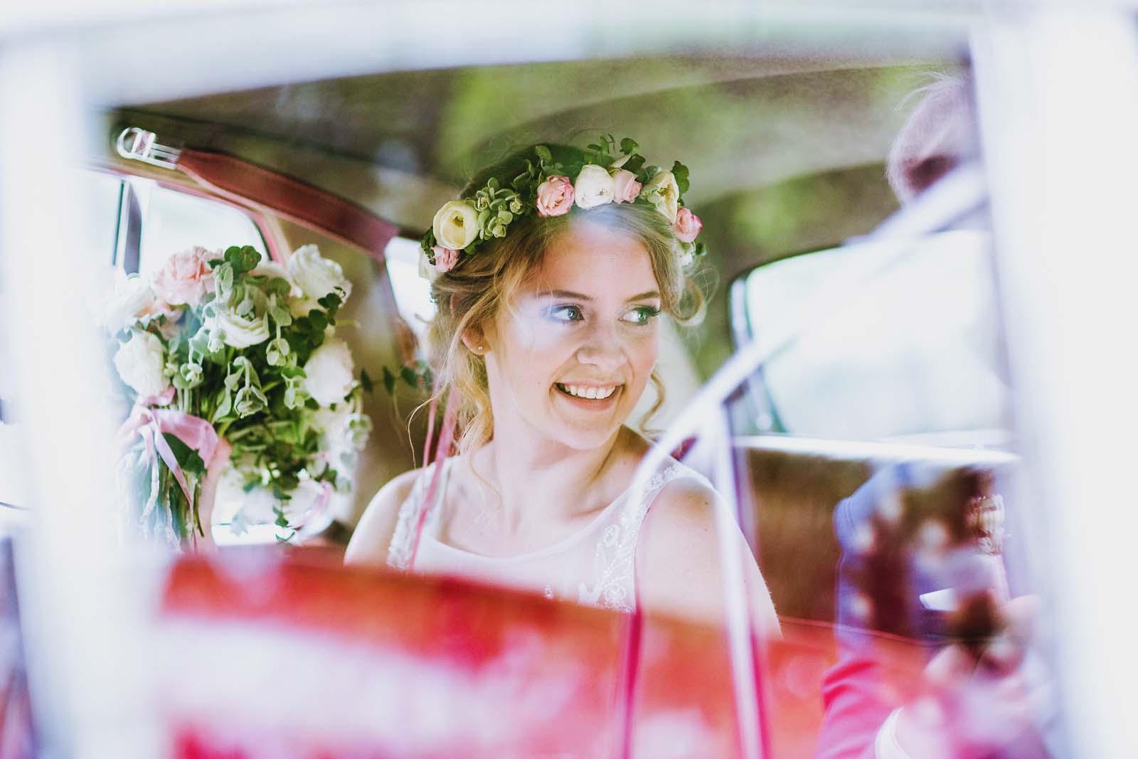 Foto zeigt Braut im Hochzeitsauto einer Vintage Hochzeit Copyright by Hochzeitsfotograf www.berliner-hochzeitsfotografie.de