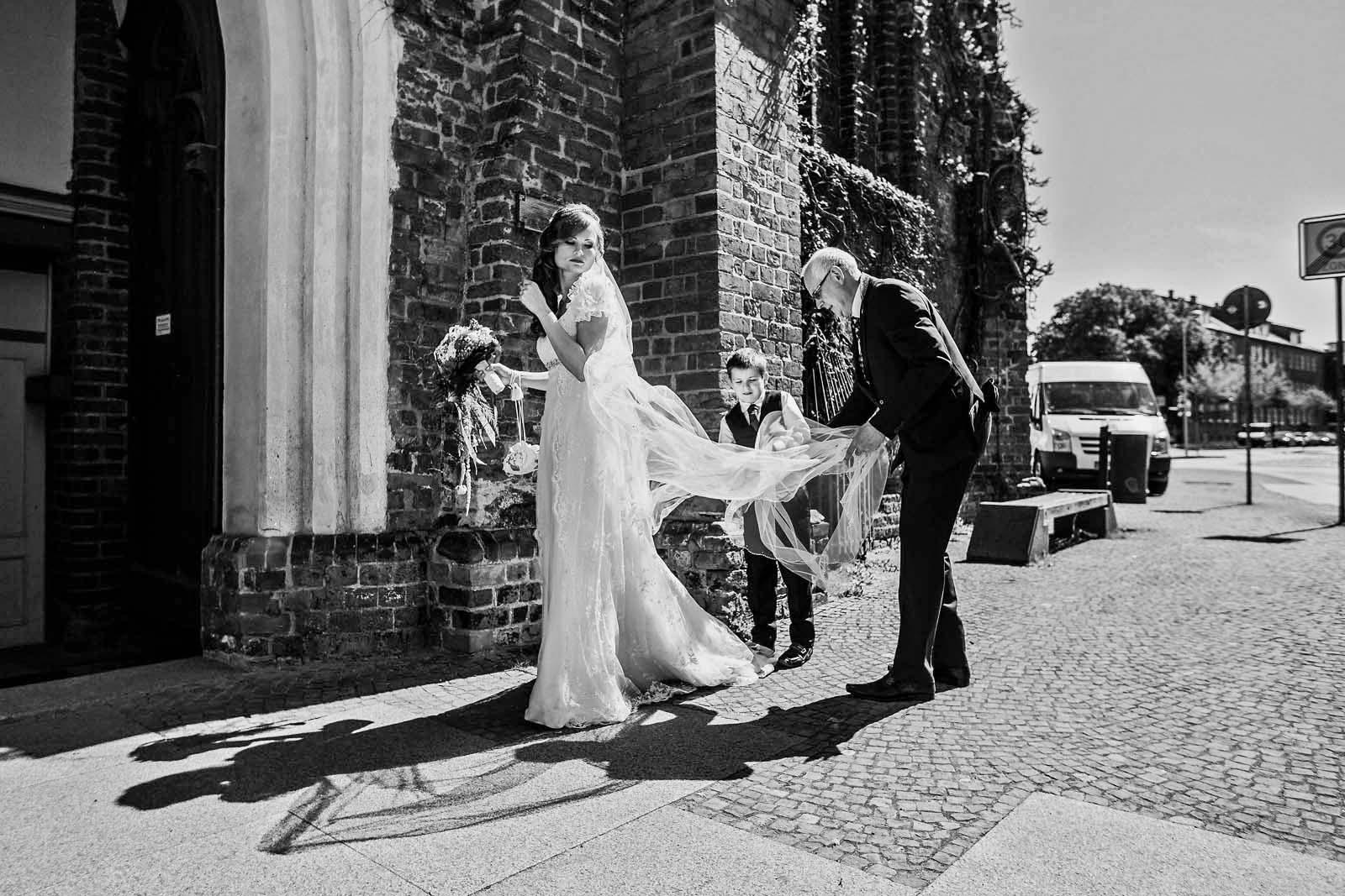 Hochzeitsreportage in Stralsund Braut vor einer Kirche Copyright by Hochzeitsfotograf www.berliner-hochzeitsfotografie.de