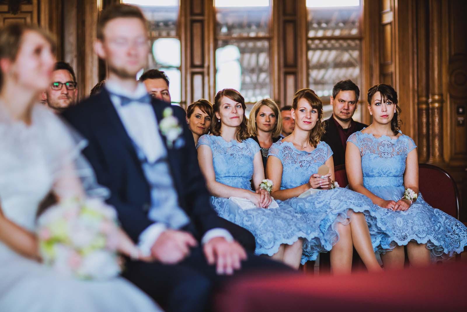 Brautjungfern auf einem Detailfoto waehrend der Hochzeit im Schloss Schwerin Copyright by Hochzeitsfotograf www.berliner-hochzeitsfotografie.de