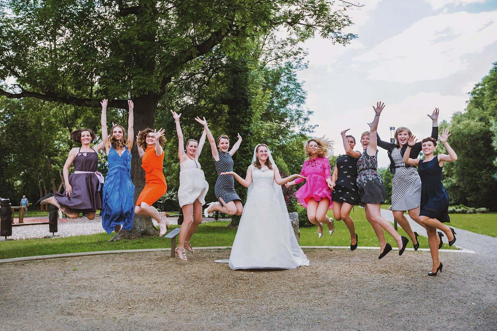 Jubeln und springen Gruppenfoto auf einer Hochzeit im Spreewald Copyright by Hochzeitsfotograf www.berliner-hochzeitsfotografie.de