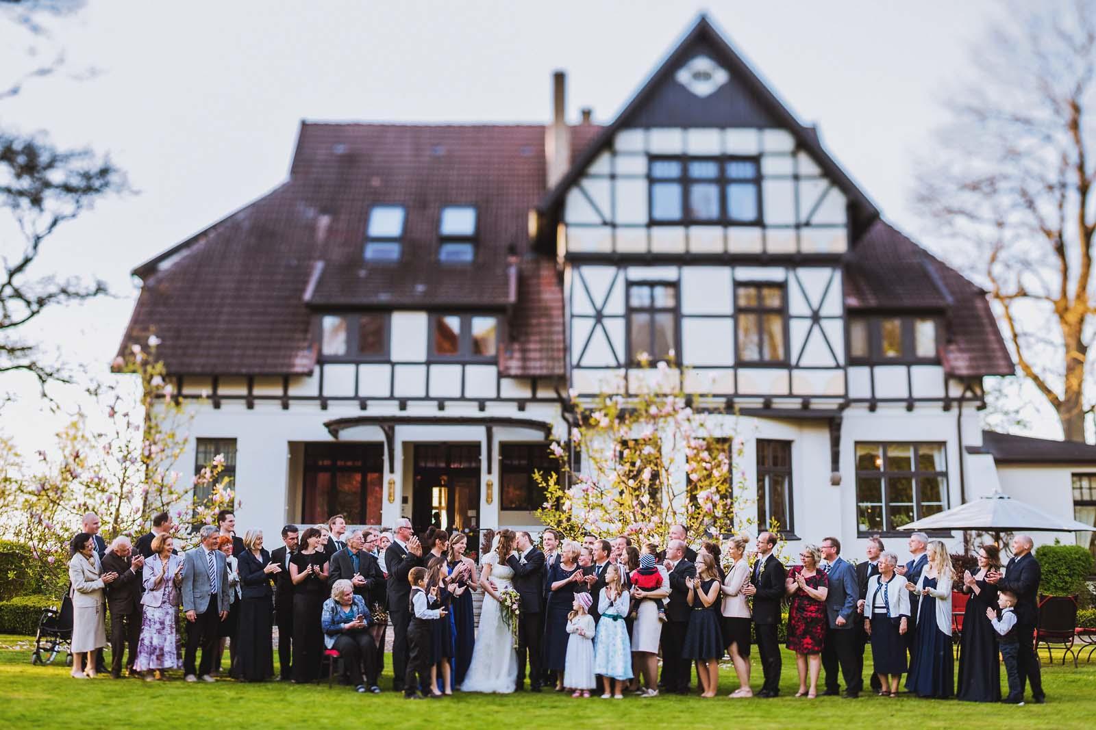 Hochzeitsfotograf macht Gruppenfoto waehrend einer Hochzeit am Gutshaus Kubbelkow auf Ruegen Copyright by Hochzeitsfotograf www.berliner-hochzeitsfotografie.de