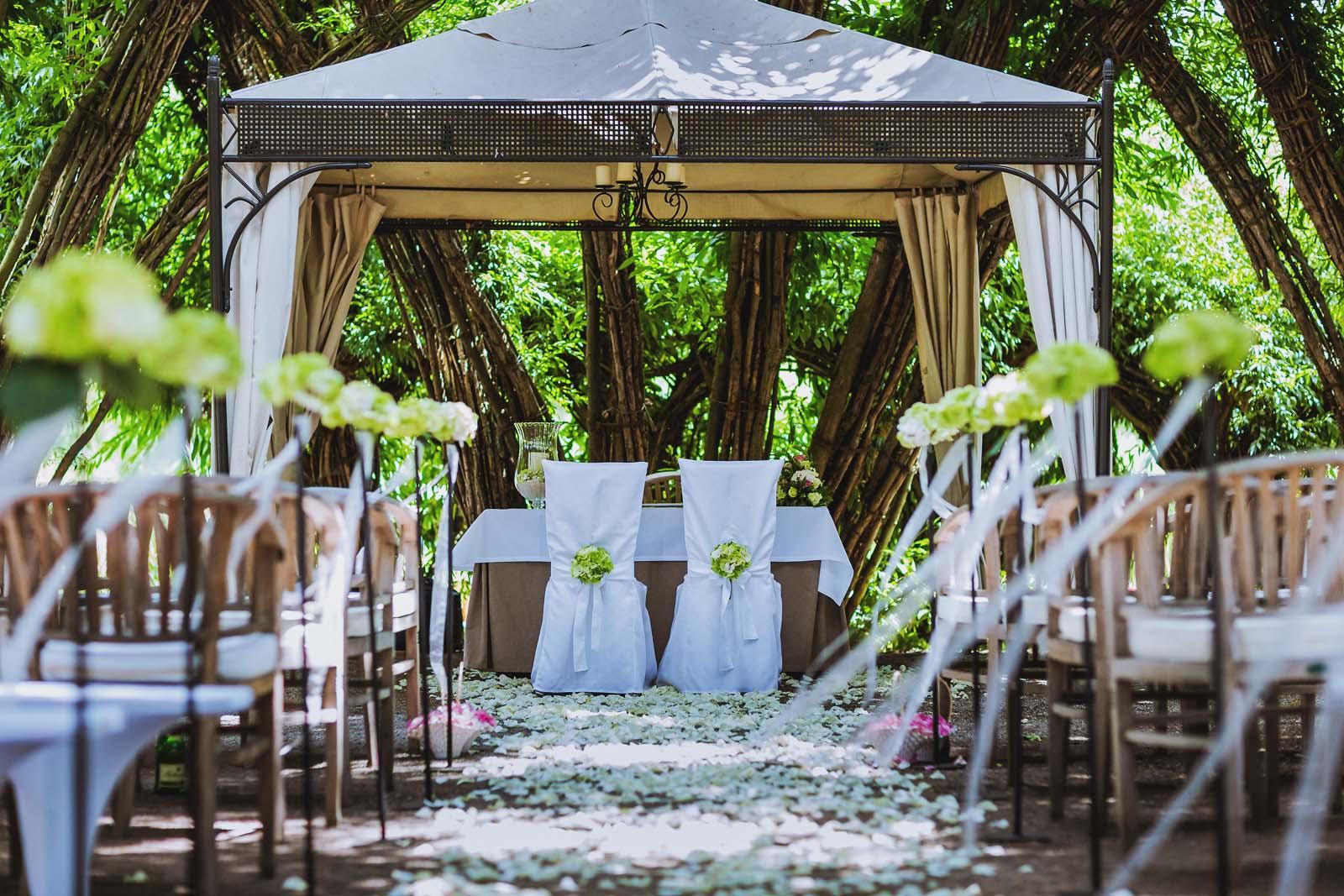 Blueten auf dem Boden des Weidendoms im Spreewald nach einer Hochzeit Copyright by Hochzeitsfotograf www.berliner-hochzeitsfotografie.de