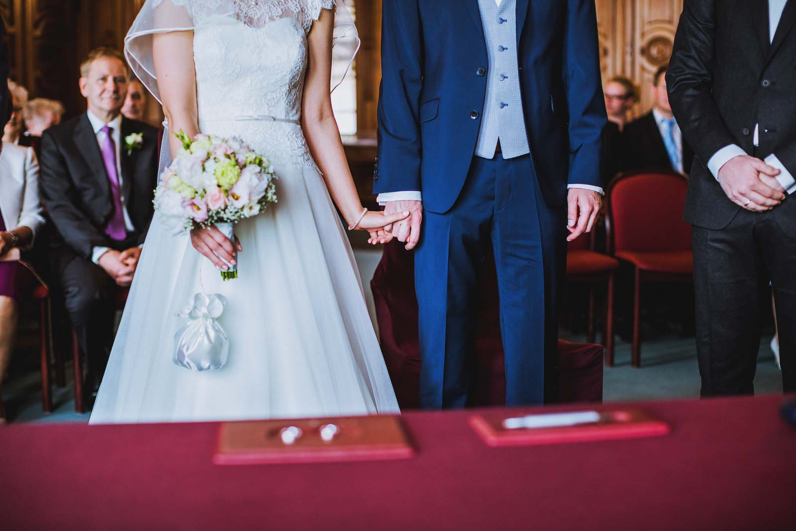 Brautpaar im Standesamt Detailfoto der Haende Copyright by Hochzeitsfotograf www.berliner-hochzeitsfotografie.de