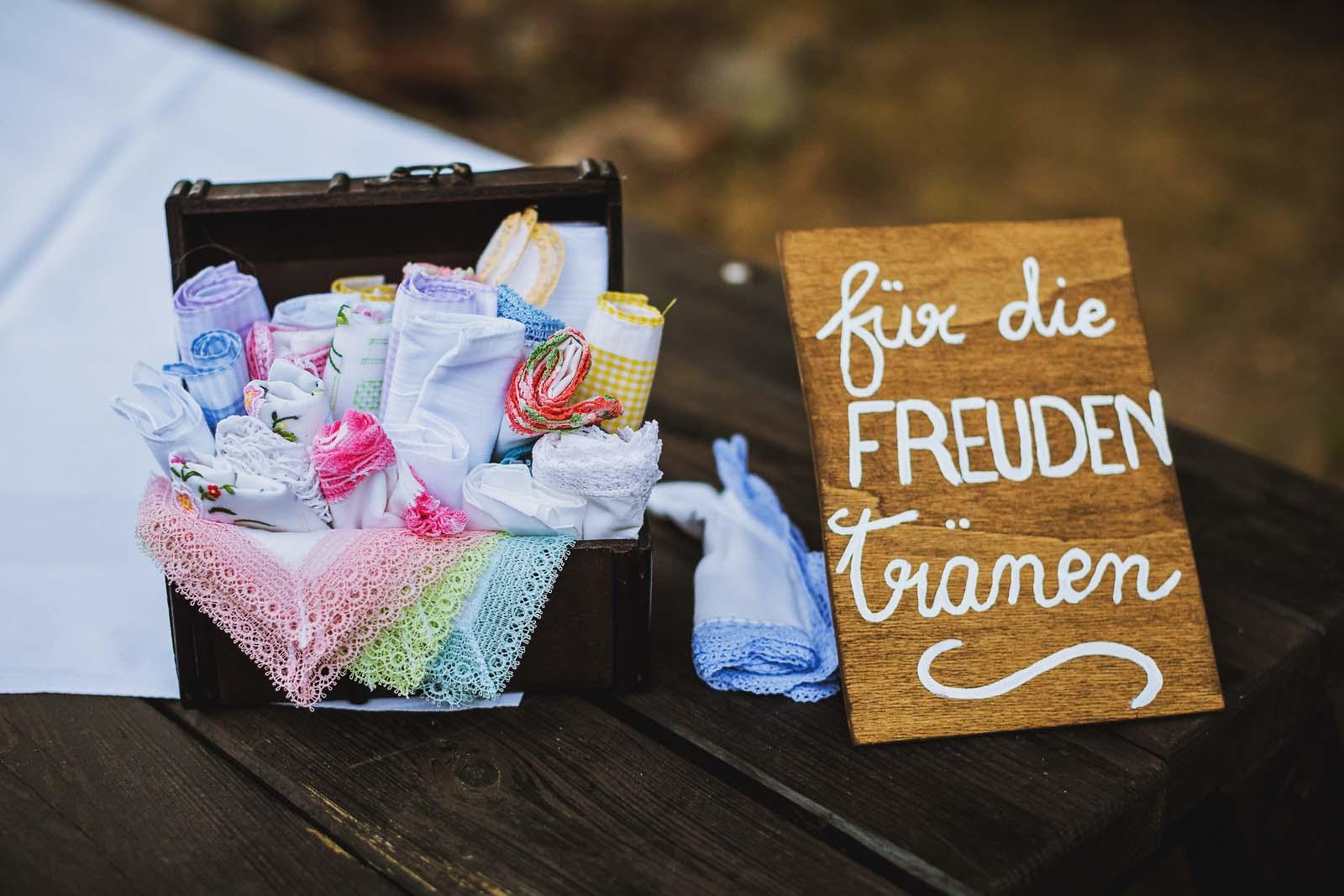 Fuer die Freudentraenen Taschentuecher fuer die Hochzeit auf einem Foto der Details Copyright by Hochzeitsfotograf www.berliner-hochzeitsfotografie.de