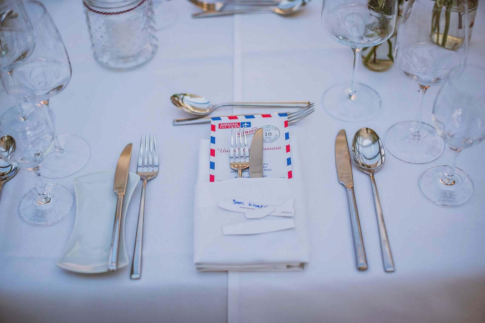 Gedeckter Tisch einer Hochzeitstafel Detailfoto vom professionellem Hochzeitsfotograf Copyright by Hochzeitsfotograf www.berliner-hochzeitsfotografie.de