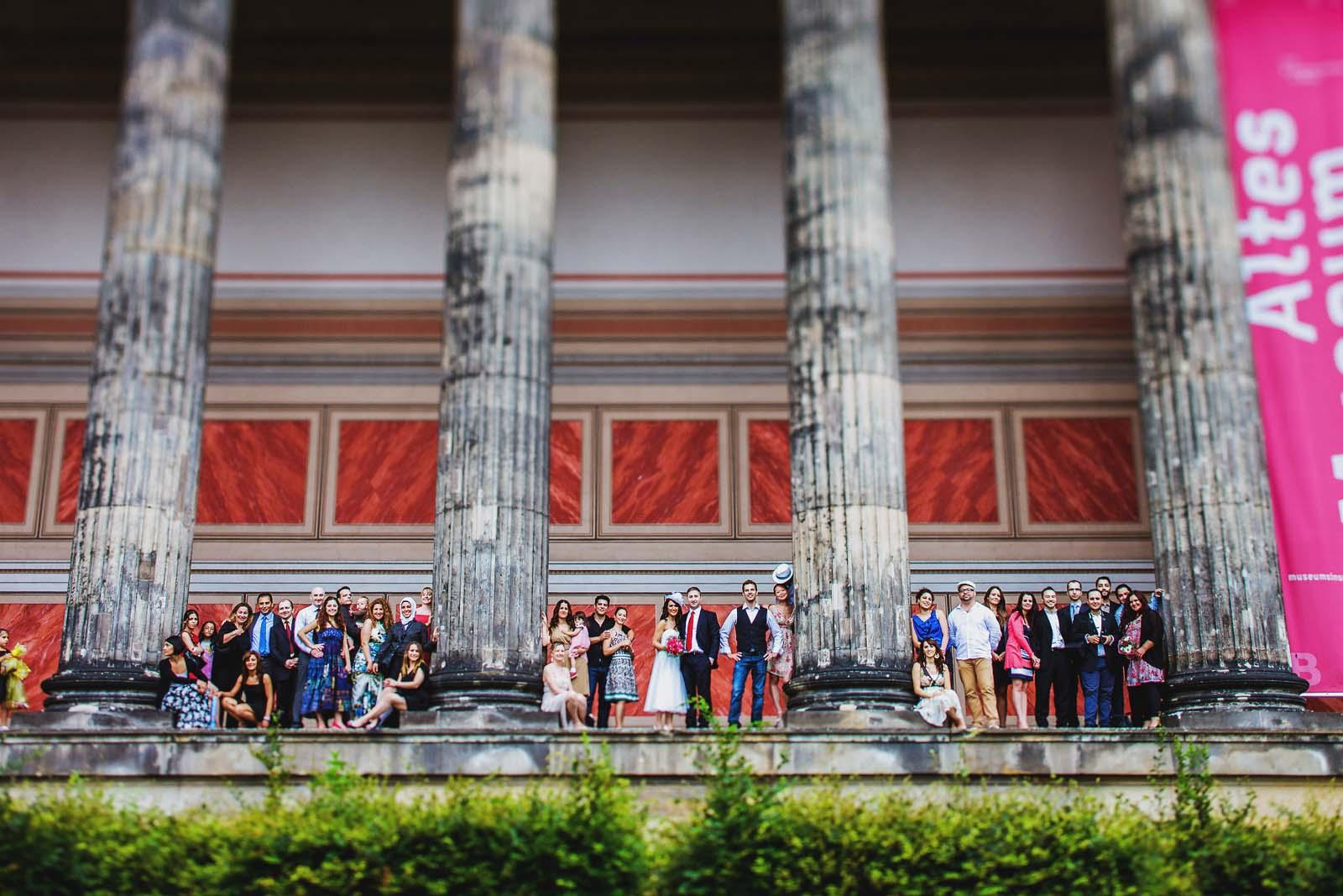 Gruppenfoto einer Hochzeitsgesellschaft am Alten Museum in Berlin Copyright by Hochzeitsfotograf www.berliner-hochzeitsfotografie.de