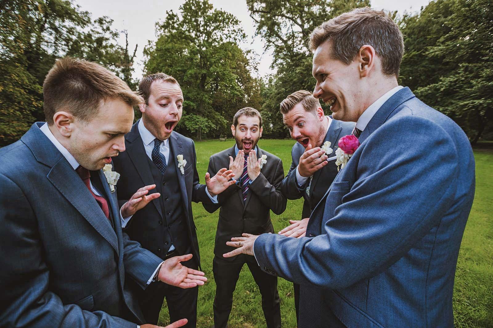 Braeutigam zeigt Trauring auf Gruppenfoto zur Hochzeit Copyright by Hochzeitsfotograf www.berliner-hochzeitsfotografie.de