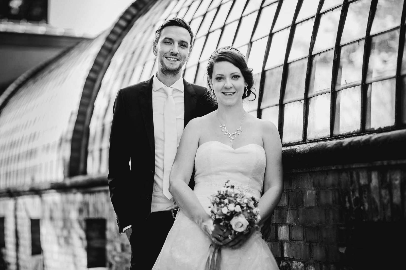 Hochzeitsfotograf am Schloss Glienicke mit Brautpaar beim Fotoshooting Copyright by Hochzeitsfotograf www.berliner-hochzeitsfotografie.de