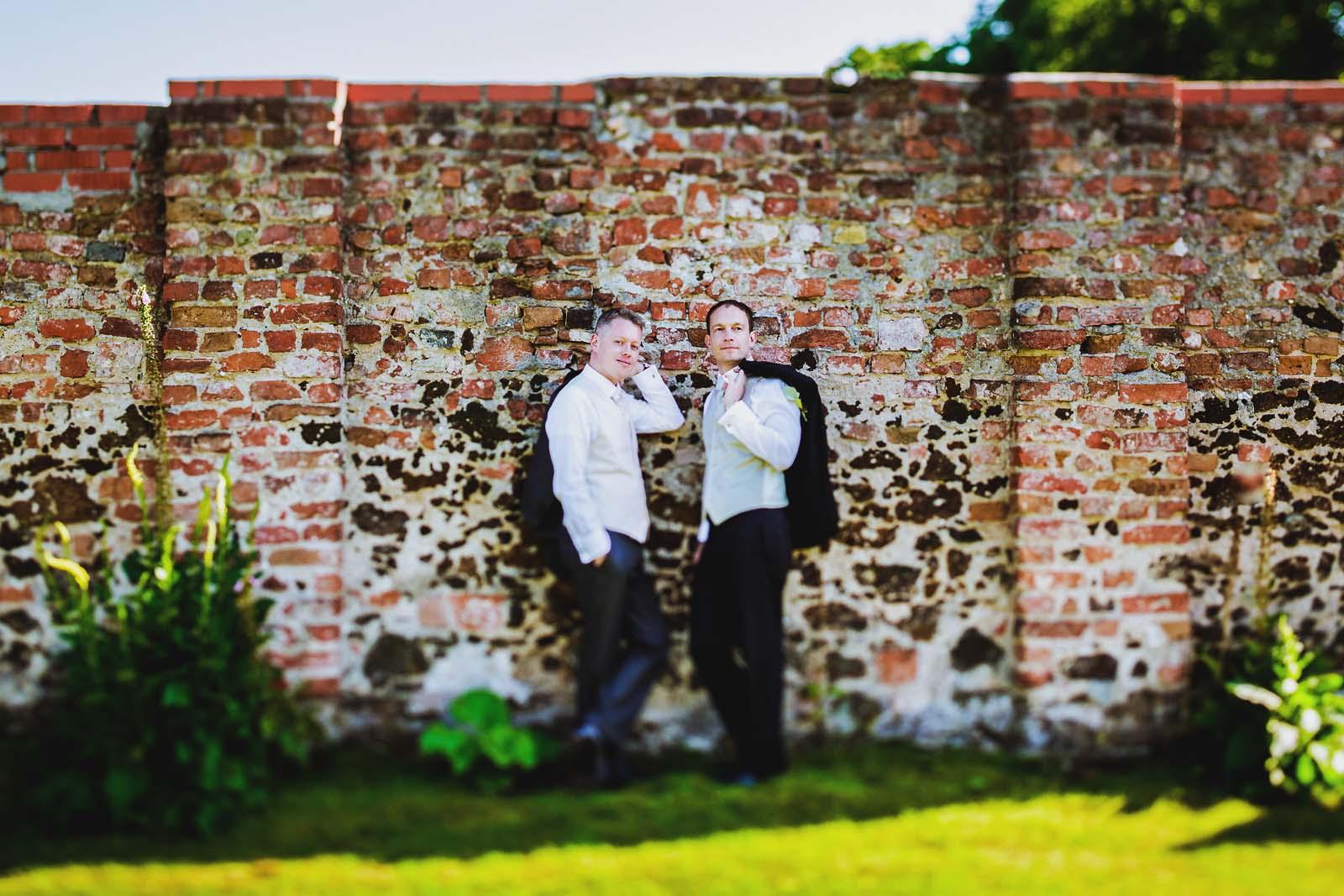 Hochzeitsportrait einer gleichgeschlechtlichen Hochzeit auf Schloss Neuhardenberg Copyright by Hochzeitsfotograf www.berliner-hochzeitsfotografie.de