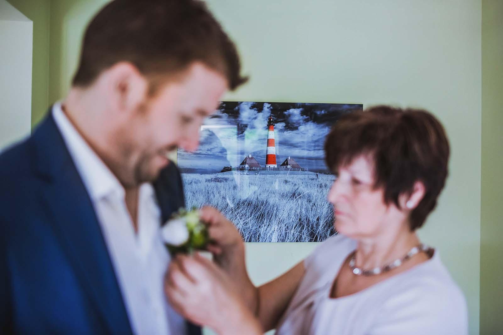 Vorbereitung beim Braeutigam mit Mama auf einem Detailfoto Copyright by Hochzeitsfotograf www.berliner-hochzeitsfotografie.de
