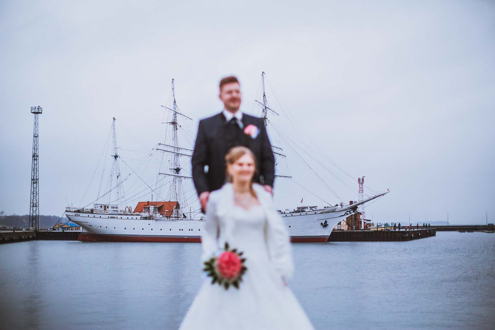 Hochzeitsfotograf Stralsund fotografiert Detail der Gorch Fock mit Brautpaar Copyright by Hochzeitsfotograf www.berliner-hochzeitsfotografie.de