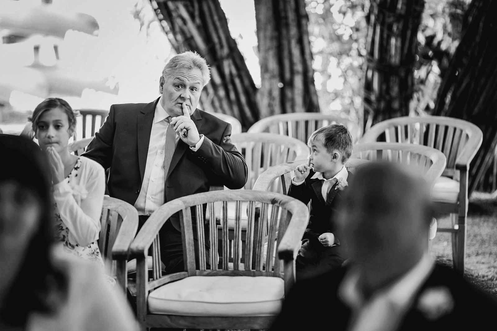 Opa ermahnt Kind zum Leise sein waehrend einer Hochzeit im Weidendom im Spreewald Copyright by Hochzeitsfotograf www.berliner-hochzeitsfotografie.de