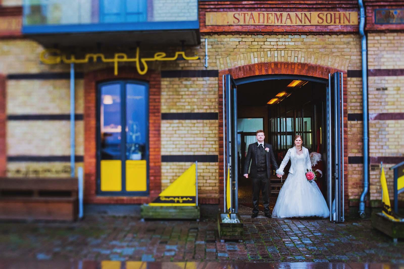 Hochzeitsfotograf mit Brautpaar beim Fotoshooting in der Altstadt von Stralsund Copyright by Hochzeitsfotograf www.berliner-hochzeitsfotografie.de