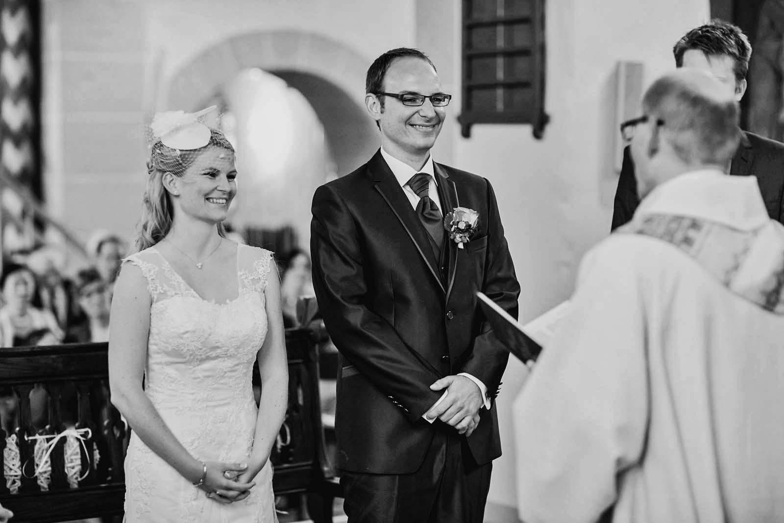 Foto der Hochzeitsreportage zeigt Brautpaar am Altar Copyright by Hochzeitsfotograf www.berliner-hochzeitsfotografie.de