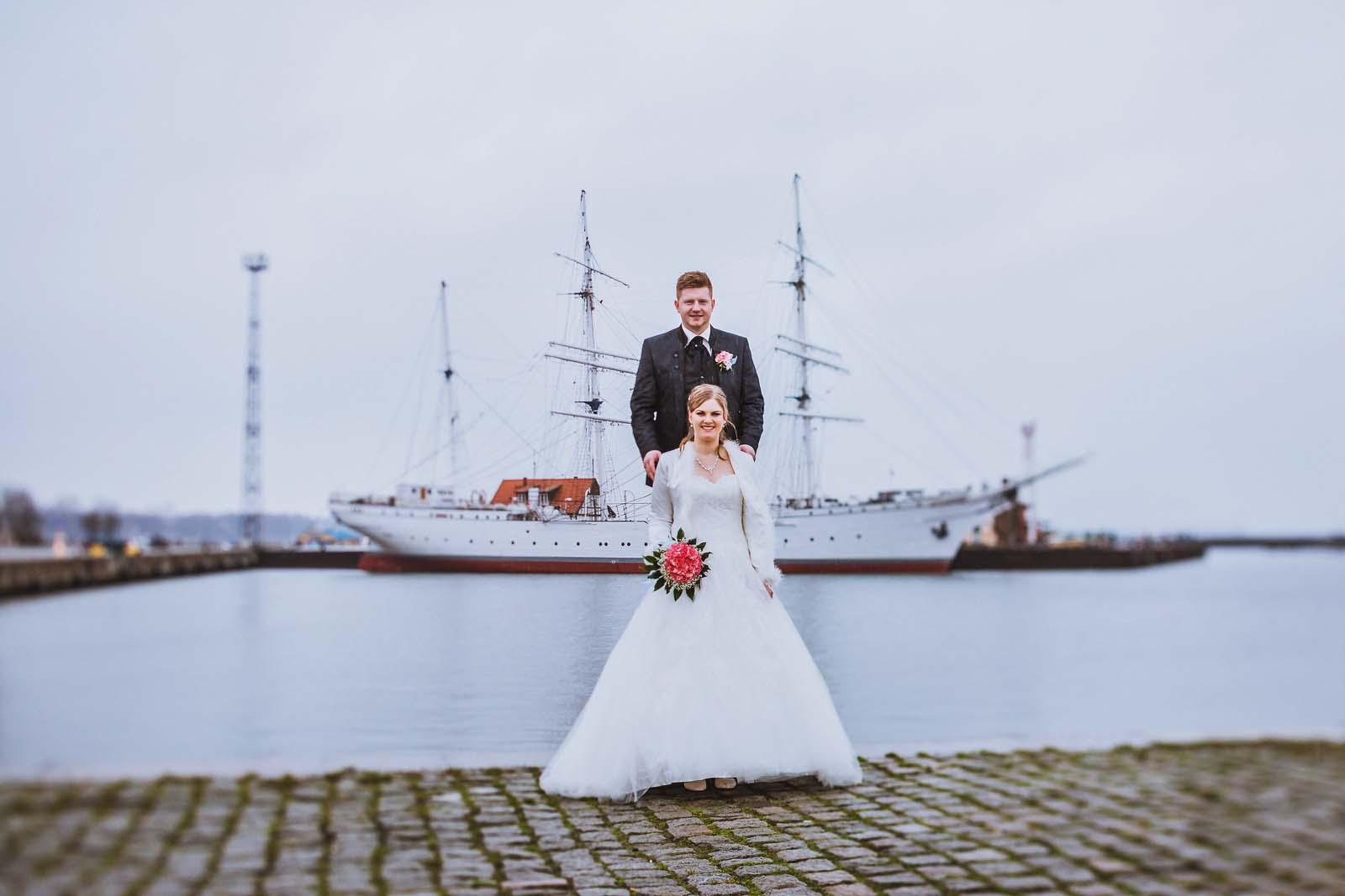 Brautpaar an der Gorch Fock in Stralsund Hochzeitsfotograf Copyright by Hochzeitsfotograf www.berliner-hochzeitsfotografie.de