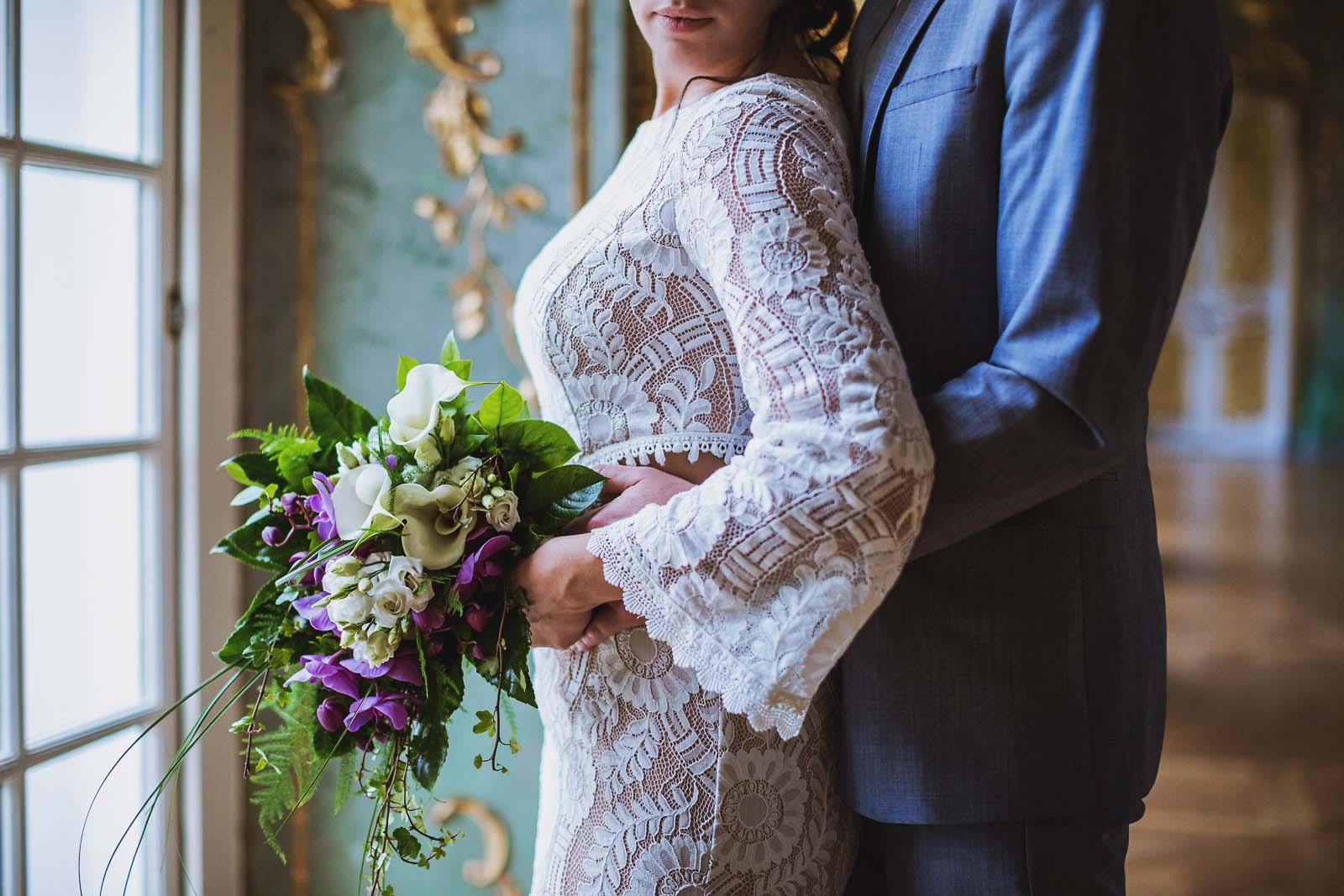 Foto vom Fotoshooting mit Brautpaar zeigt Detail vom Kleid Copyright by Hochzeitsfotograf www.berliner-hochzeitsfotografie.de