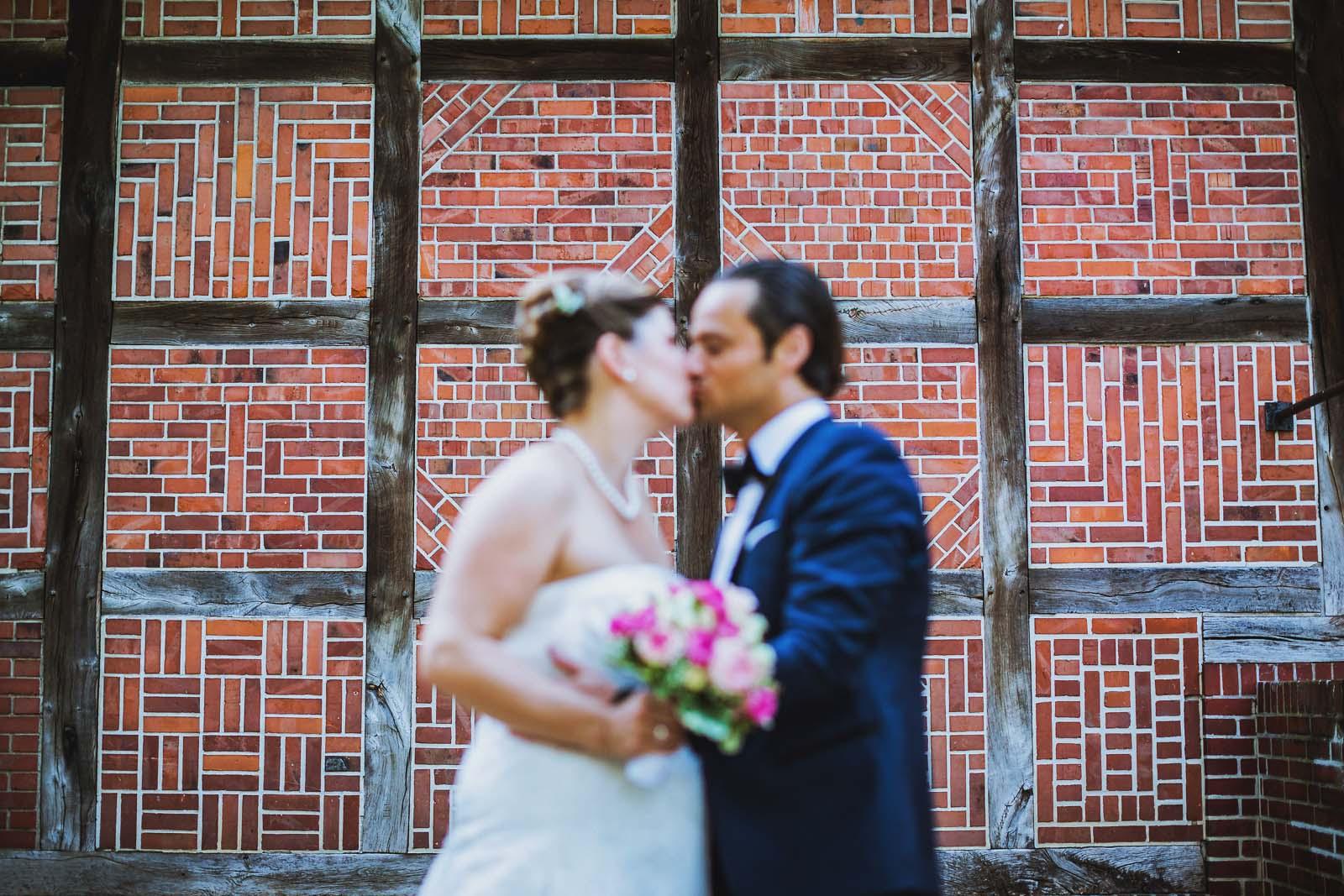 Fachwerkwand und Brautpaar Detailfoto Copyright by Hochzeitsfotograf www.berliner-hochzeitsfotografie.de
