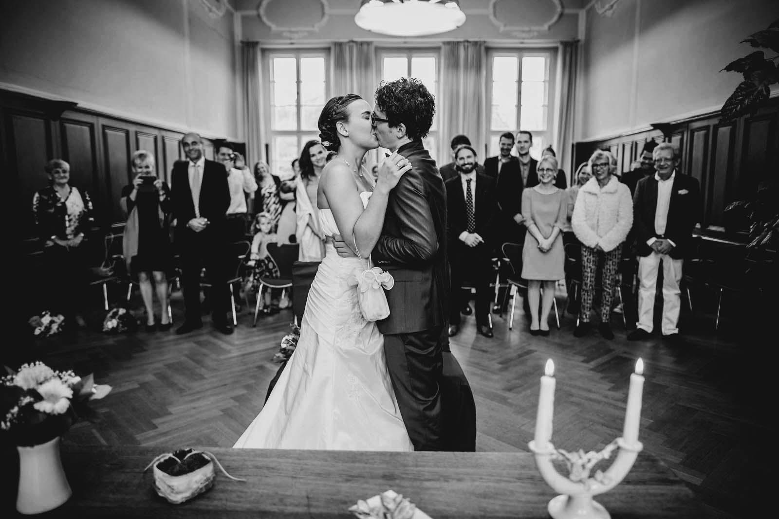 Foto vom Brautpaar beim Kuss im Standesamt Schloss Criewen Copyright by Hochzeitsfotograf www.berliner-hochzeitsfotografie.de