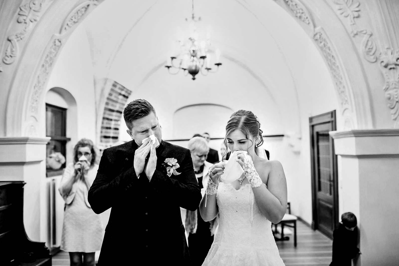 Foto zeigt Emotionen des Brautpaares waehrend der Hochzeitsreportage Copyright by Hochzeitsfotograf www.berliner-hochzeitsfotografie.de