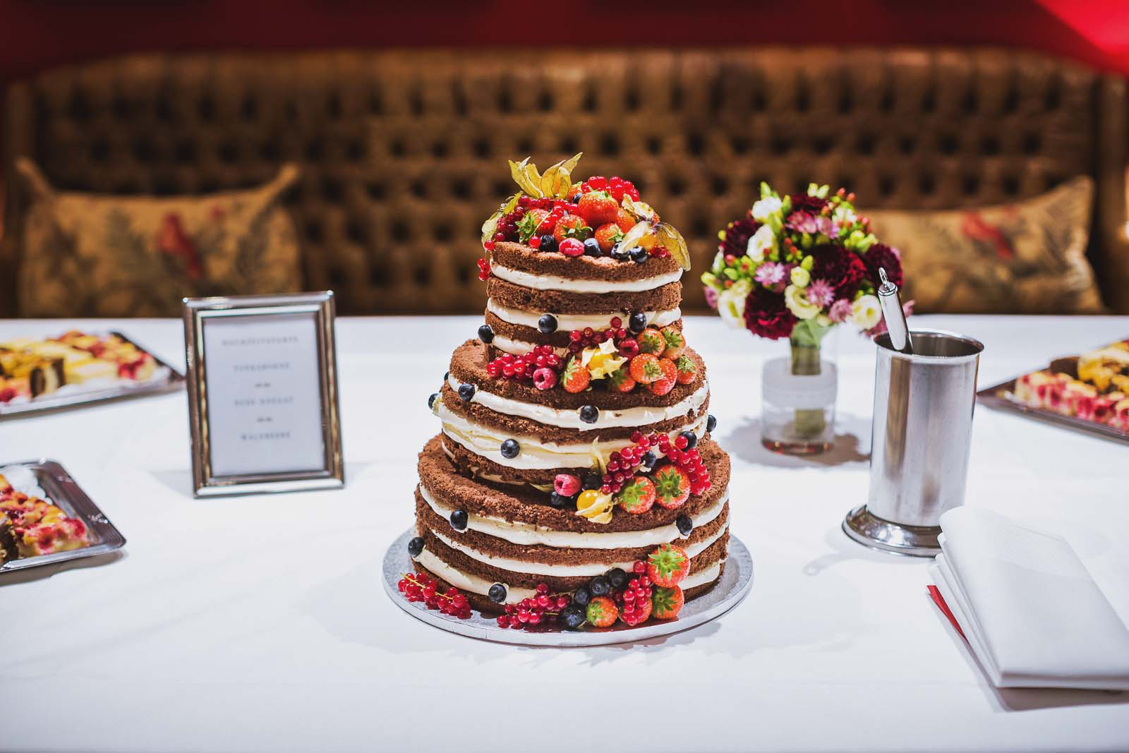 Naked Cake als Hochzeitstorte auf einem Detailfoto vom Hochzeitsfotograf Spreewald Copyright by Hochzeitsfotograf www.berliner-hochzeitsfotografie.de
