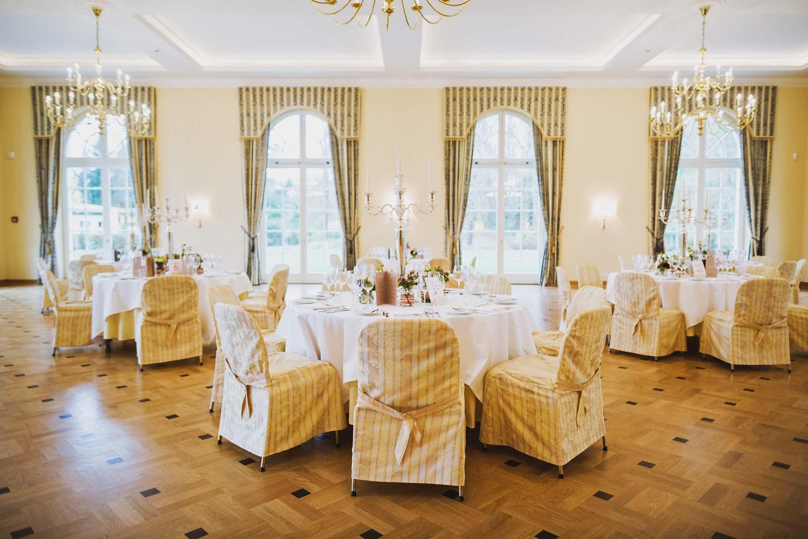 Dekorierter Saal im Schloss Luebbenau anlaesslich einer Hochzeit Copyright by Hochzeitsfotograf www.berliner-hochzeitsfotografie.de