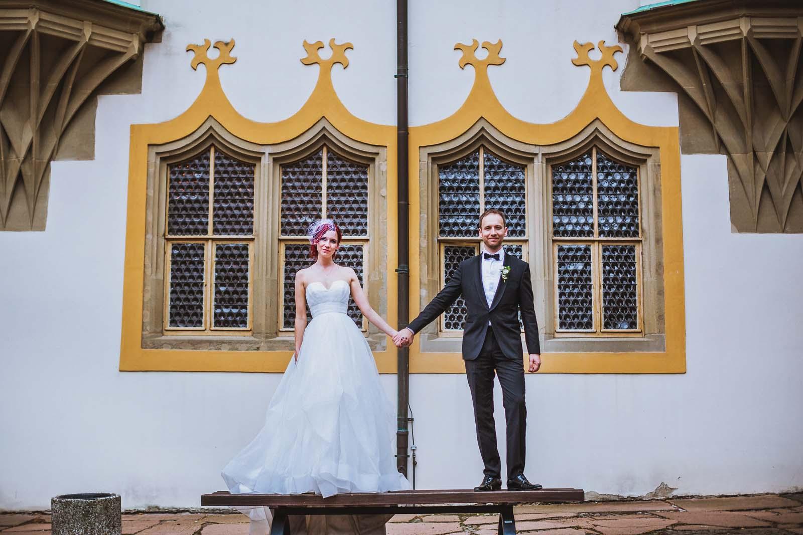 Brautpaar beim Fotoshooting mit professionellem Hochzeitsfotograf Halle auf der Moritzburg Copyright by Hochzeitsfotograf www.berliner-hochzeitsfotografie.de