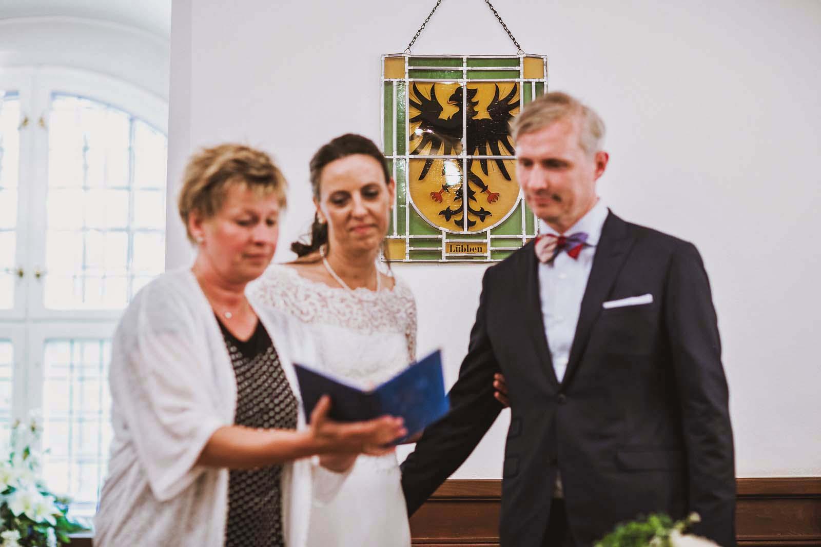 Brautpaar im Schloss Luebben Hochzeit im Spreewald Copyright by Hochzeitsfotograf www.berliner-hochzeitsfotografie.de