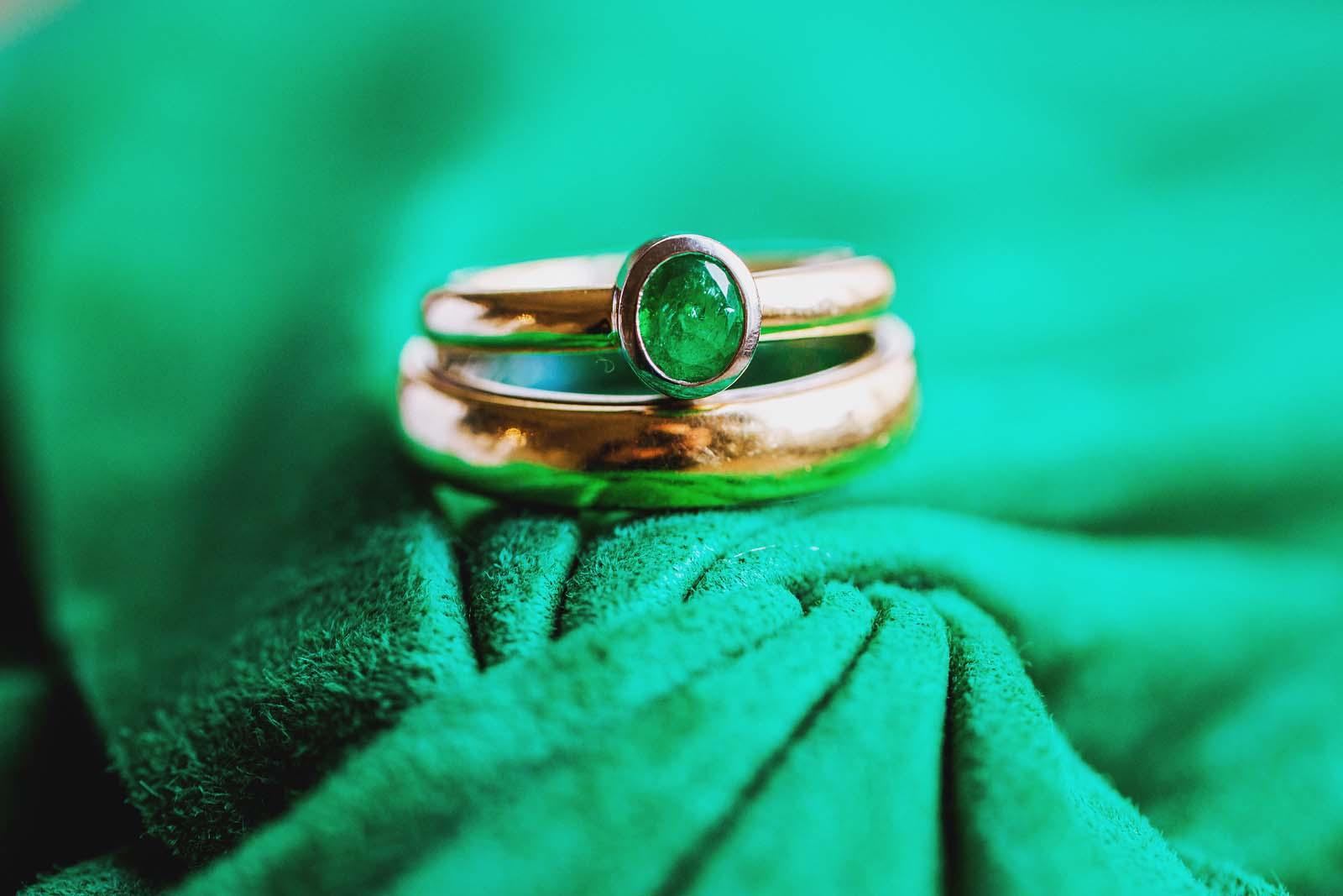 Ringfoto der Trauringe auf einem Foto mit Details Copyright by Hochzeitsfotograf www.berliner-hochzeitsfotografie.de