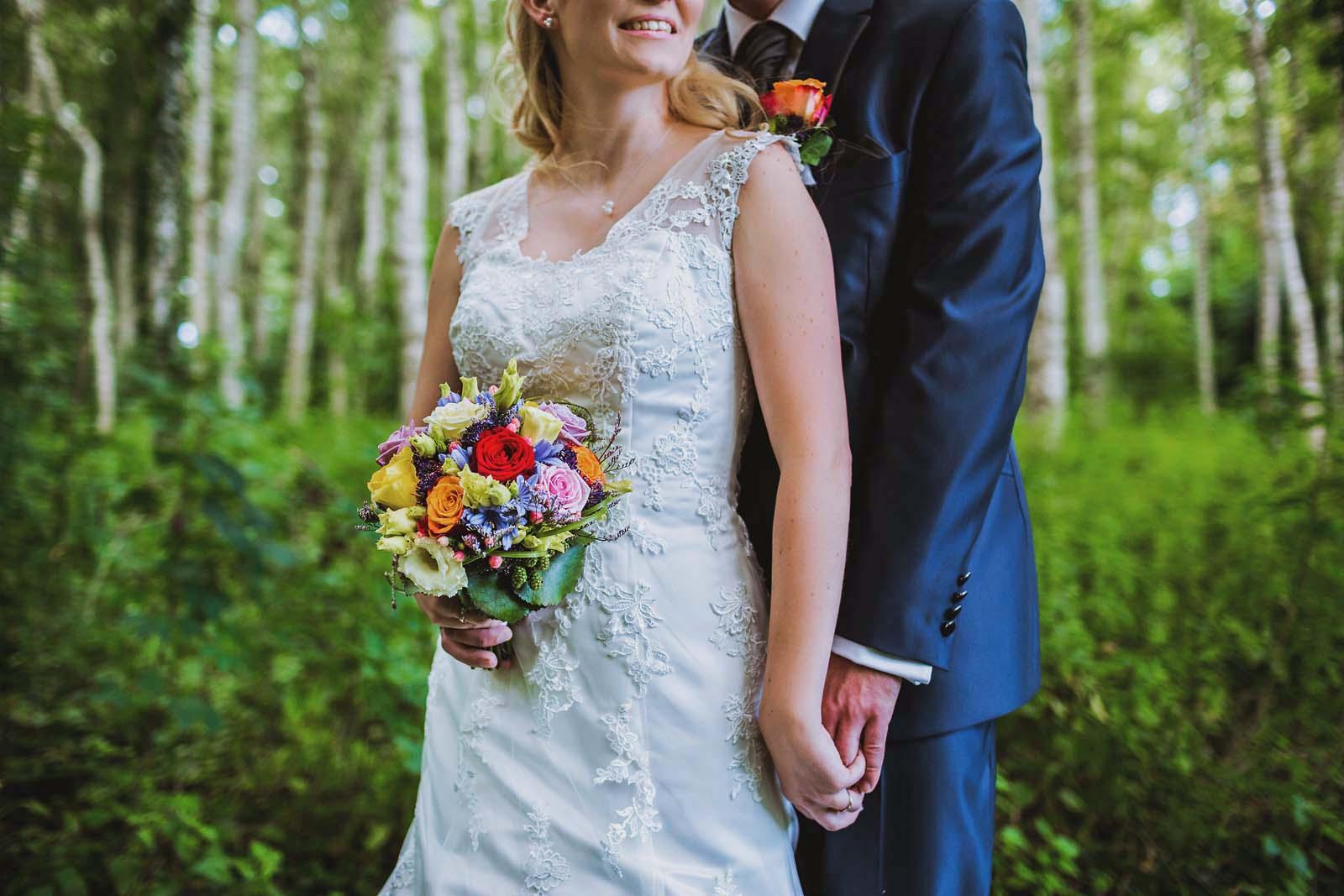 Foto der Details zeigt Kleid und Brautstrauss Copyright by Hochzeitsfotograf www.berliner-hochzeitsfotografie.de