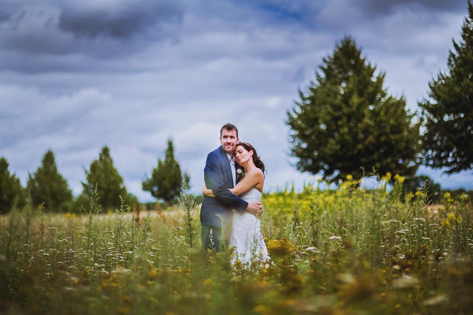 Vertraeumtes Hochzeitsportrait im Feld Copyright by Hochzeitsfotograf www.berliner-hochzeitsfotografie.de