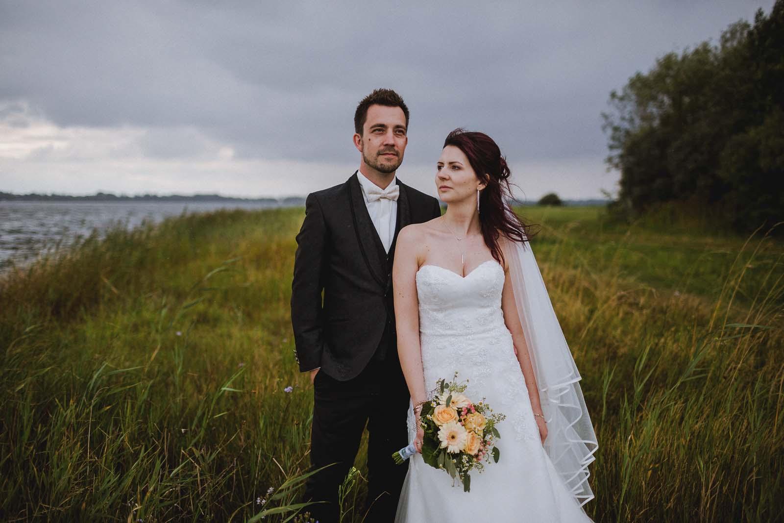 Hochzeitsfotograf mit Brautpaar am Strelasund auf Altefaehr bei Stralsund Copyright by Hochzeitsfotograf www.berliner-hochzeitsfotografie.de