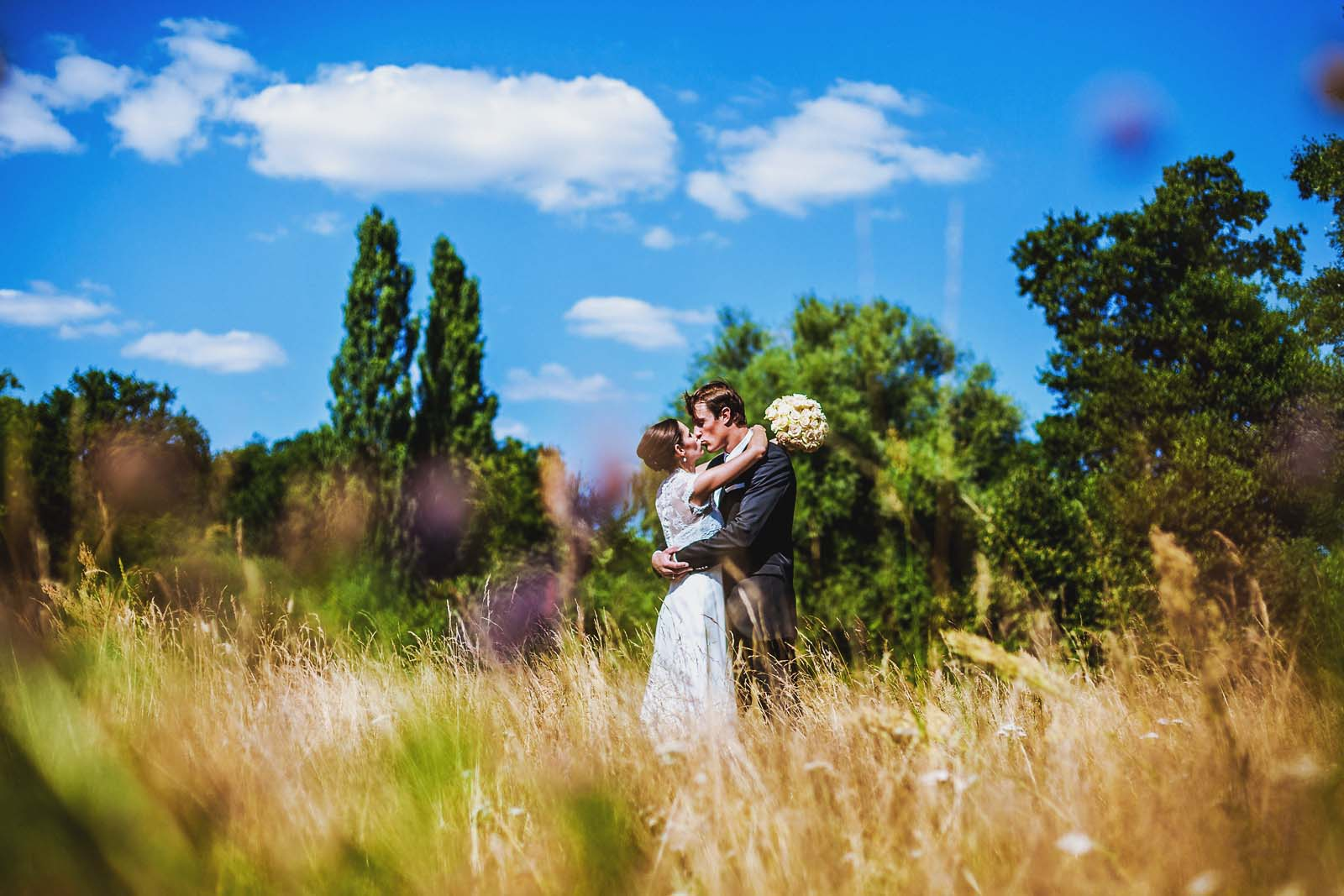 Hochzeitsfotograf fotografiert ein Brautpaar im Feld Copyright by Hochzeitsfotograf www.berliner-hochzeitsfotografie.de