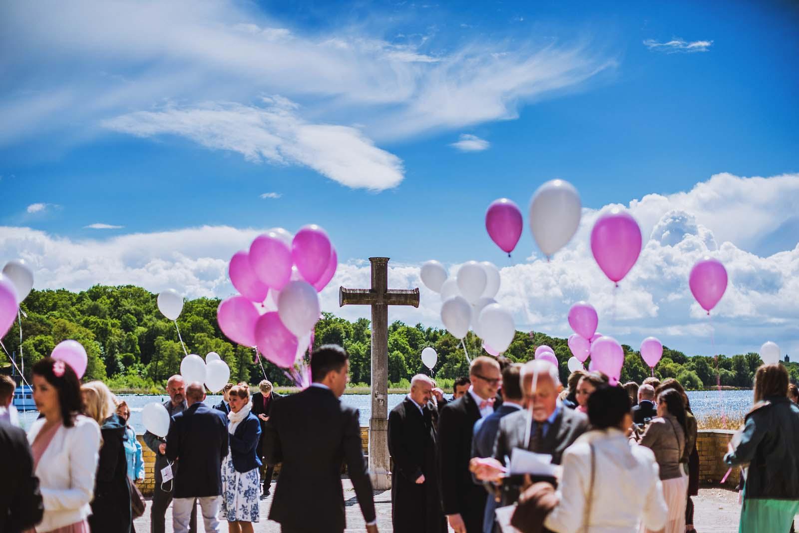 Luftballons zur Hochzeit an der Heilandskirche Sacrow Copyright by Hochzeitsfotograf www.berliner-hochzeitsfotografie.de